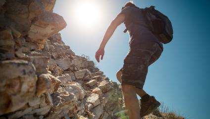 Climbing the cliff is like obstacles faced by communicators